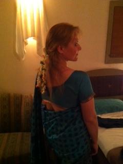 5-im-sari-mit-echten-jasminblueten-im-haar.JPG