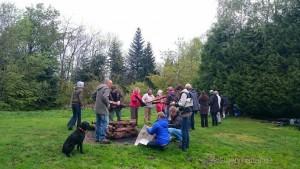 gemeinsames Aufschichten des Holzes für den Feuerlauf